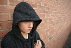 Junge in der mit Kapuze Oberseite Stockbild
