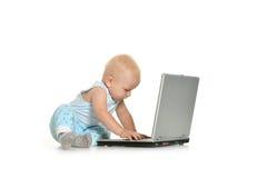 Junge, der mit Laptop spielt Lizenzfreies Stockfoto