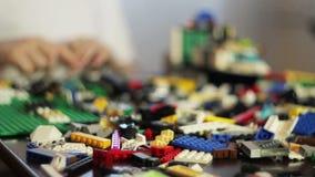 Junge, der mit LEGO spielt stock video footage