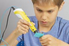 Junge, der mit neuem Gegenstand Stiftes des Drucken 3d schafft lizenzfreies stockbild