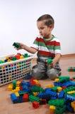 Junge, der mit Plastikblöcken spielt Lizenzfreie Stockbilder