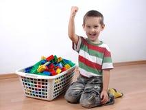 Junge, der mit Plastikblöcken spielt Lizenzfreie Stockfotos