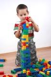 Junge, der mit Plastikblöcken spielt Lizenzfreies Stockbild