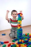 Junge, der mit Plastikblöcken spielt Lizenzfreies Stockfoto