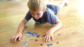Junge, der mit Puzzlespiel plaing ist stock video