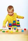 Junge, der mit Pyramide spielt Stockfoto