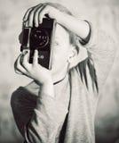 Junge, der mit Retro- Kamera erfasst Stockbilder