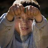 Junge, der mit Sand spielt Stockfotos