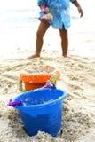 Junge, der mit Sandspielwaren spielt stockbild
