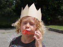 Junge, der mit Seifenluftblasen spielt Lizenzfreies Stockbild