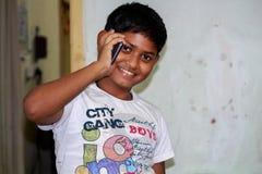 Junge, der mit seinen Eltern am Handy spricht Lizenzfreie Stockfotografie