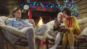 Junge, der mit Smartphone und Shows es zu seiner Mutter auf Heiliger Nacht spielt stock video footage