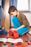 Junge, der mit Spielwaren spielt Stockfotos