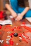 Junge, der mit Spielwaren spielt Stockfotografie