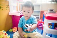 Junge, der mit Spielzeug scaner spielt Lizenzfreies Stockfoto
