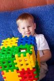 Junge, der mit Würfeln spielt Lizenzfreies Stockfoto