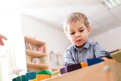 Junge, der mit Würfeln spielt Stockbilder