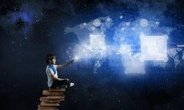 Junge, der moderne Technologien einsetzt Lizenzfreie Stockfotografie