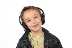 Junge, der Musik auf weißem Hintergrund hört Lizenzfreie Stockfotografie