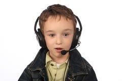 Junge, der Musik auf weißem Hintergrund hört Lizenzfreie Stockfotos