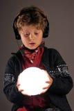 Junge, der Musik mit Kopfhörern genießt Stockfoto