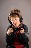 Junge, der Musik mit Kopfhörern genießt Stockbild