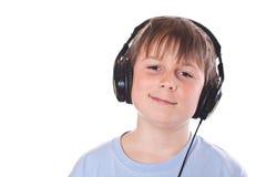 Junge, der Musik mit Kopfhörern hört lizenzfreies stockfoto