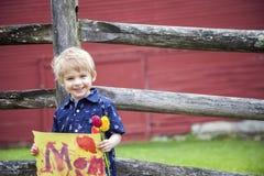 Junge, der Mutterzeichen hält Stockfotos