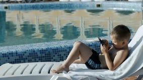 Junge, der nahe dem Pool stillsteht stock video footage