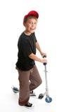 Junge, der neben einem Roller steht stockfoto