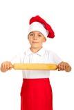 Junge, der Nudelholz zeigt Stockfotografie