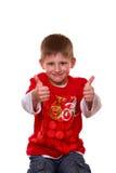 Junge, der o.k. mit beiden Händen darstellt Stockbilder