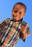 Junge, der oben Daumen anzeigt Lizenzfreies Stockbild