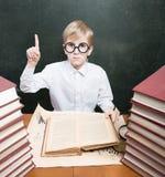 Junge, der oben den Zeigefinger anhebt Lizenzfreie Stockfotografie