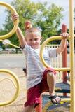 Junge, der oben Dschungel-Turnhalle auf Playscape klettert Lizenzfreie Stockbilder