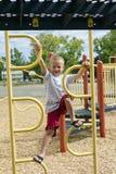 Junge, der oben Dschungel-Turnhalle auf Playscape klettert Lizenzfreies Stockbild