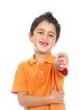 Junge, der oben, getrennt lächelt und zeigt Stockbilder