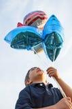 Junge, der patriotische Flaggenballone hält stockfotos