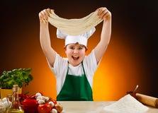 Junge, der Pizzateig bildet Stockbilder