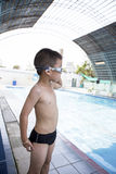 Junge, der am Pool lächelt Lizenzfreie Stockbilder