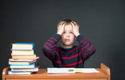 Junge, der Probleme mit seiner Hausarbeit hat. Panik Lizenzfreie Stockbilder