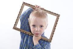 Junge, der Rahmen hält Lizenzfreie Stockbilder