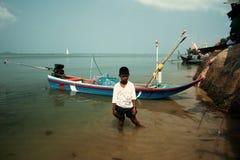 Junge in der Regelung der Fischer in Thailand Stockbild