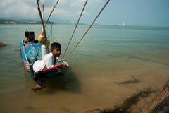 Junge in der Regelung der Fischer in Thailand Lizenzfreies Stockbild