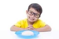 Junge, der Reis isst Stockbilder