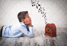 Junge, der Retro- Radio hört Stockfoto