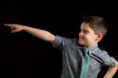 Junge, der in Richtung zeigt Lizenzfreies Stockfoto