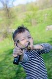 Junge, der Riemen-Schuss auf Kamera abzielt lizenzfreies stockfoto