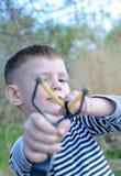 Junge, der Riemen-Schuss auf Kamera abzielt stockfotos