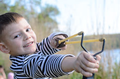 Junge, der Riemen-Schuss zielt stockbilder